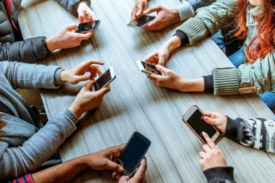 Dampak Buruk Kecanduan Gadget Bagi Orang Tua dan Anak